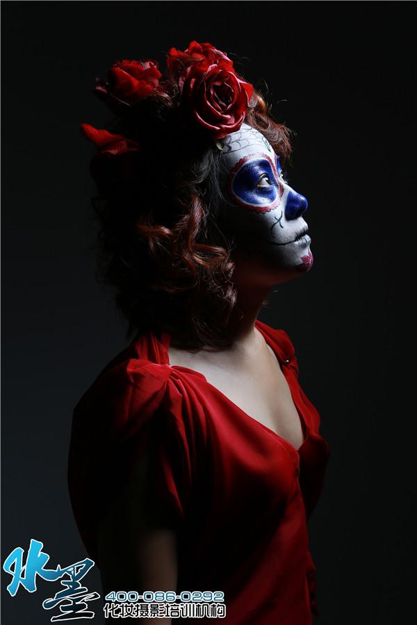 因为画这种妆需要对人的骨骼结构有足够的认识